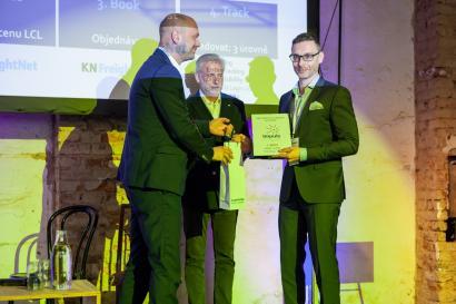 Miroslav Pudil z Kühne + Nagel přebírá ocenění za myKN